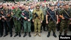 رهبران جداییطلب از آمادگی خود برای تمدید آتشبس، که به صورت یکجانبه و برای خلع سلاح شورشیان ایجاد شده، خبر داده بودند در تصویر: شورشیان در دونتسک