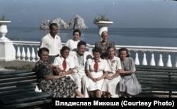 Назим Хікмет зі співробітниками «Артеку», 1952 рік, автор фото Владислав Мікоша