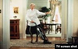 """Робин Вильямс, переодетый в женщину, в фильме 1993 года """"Миссис Даутфайр"""""""