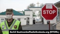 Патрулювання біля Києво-Печерської лаври, яку закрили на карантин через спалах на її території коронавірусу. Київ, 13 квітня 2020 року