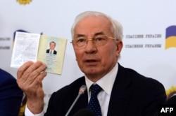 Николай Азаров показывает украинский паспорт во время пресс-конеференции на которой он сообщил о создании «Комитета спасения Украины». Москва, август 2015 года