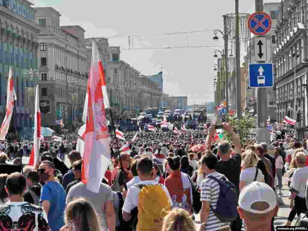 Ля ГУМу пратэстоўцаў сустрэў кардон АМАПУ, унутрных войскаў і спэцтэхнікі