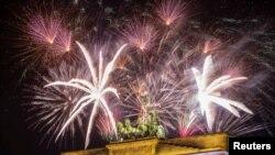Огни фейерверков над Бранденбургскими воротами в Берлине