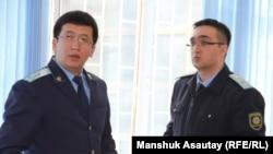Государственные обвинители Еркин Баймагамбетов (слева) и Тимур Шамои на процессе по обвинению Мухтара Аблязова в хищениях средств БТА Банка. Алматы, 17 марта 2017 года.