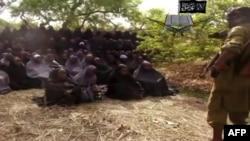 """Несовершеннолетние пленницы боевиков. Кадр из видеозаписи, распространенной самой """"Боко Харам"""""""