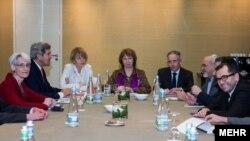 جان کری، وزیر امور خارجه آمریکا (چپ)، کاترین اشتون، سرپرست گفتوگوها با ایران (مرکز) و محمدجواد ظریف، وزیر امور خارجه ایران