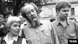 Aleksandr Soljenitsın həyat yoldaşı Nataliya və oğlu İqnatiy ilə, 1994-cü il