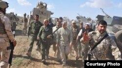 یکی از دهها عکس انتشار یافته از حضور قاسم سلیمانی در عملیاتی نظامی در عراق یا سوریه