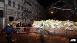 Оппозиция белсенділері басып алған әділет министрлігін қарауылдап жүр. Киев, 27 қаңтар 2014 жыл.
