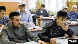 Қирғизистонда 60 та мадраса, 8 та Ислом институти ва битта Ислом Университети фаолият юритмоқда.