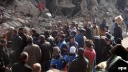 فلسطينيون ينتظرون مساعدات في مخيم اليرموك