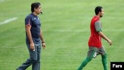 افشین قطبی (سمت چپ) در حال تمرین تیم ملی فوتبال ایران
