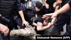 Задержание участника марша 12 июня в Москве, Россия