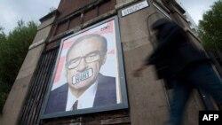 Плакат з зображенням Руперта Мердока на одній з вулиць в східній частині Лондона