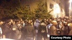 Sabunçu rayon polis idarəsinin qarşısında dindarların gecə saatlarında keçirdikləri etiraz aksiyasından görüntü.