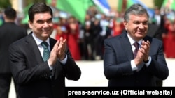 Turkmen President Gurbanguly Berdymukhammedov (left) with his Uzbek counterpart Shavkat Mirziyoev while on an official visit to Uzbekistan earlier this week.
