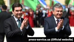 Turkmen President Gurbanguly Berdymukhammedov (left) and his Uzbek counterpart Shavkat Mirziyoev visit Uzbekistan's western Khorezm region on April 24.