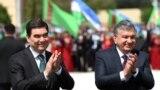 Түркіменстан президенті Гурбангулы Бердімұхамедов (сол жақта) пен Өзбекстан президенті Шавкат Мирзияев. Архив суреті.