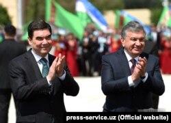 Түркіменстан президенті Гурбангулы Бердімұхамедов (сол жақта) пен Өзбекстан президенті Шавкат Мирзияев. Өзбекстан, Хорезм аймағы, 24 сәуір 2018 жыл.