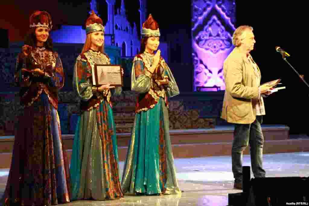 Кинофестиваль бүлзкләрен күтәреп торучы татар милли киемле кызлар