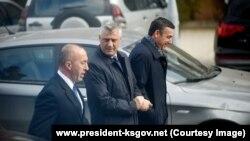 Kryeministri Ramush Haradinaj (majtas), presidenti Hashim Thaçi (në mes), dhe kryetari i Kuvendit, Kadri Veseli (djathtas).