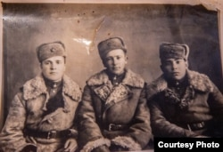 Василий Мадрыкин (первый справа) с друзьями на фронте. Фото сделано в 1947 году.