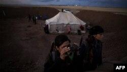 مقاتلتان من قوات حماية الشعب الكردي