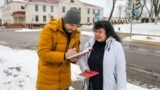 Belarus - RFE/RL journalist Dzmitry Hurnievic donates his books after his presentation was foiled, 08.02.20