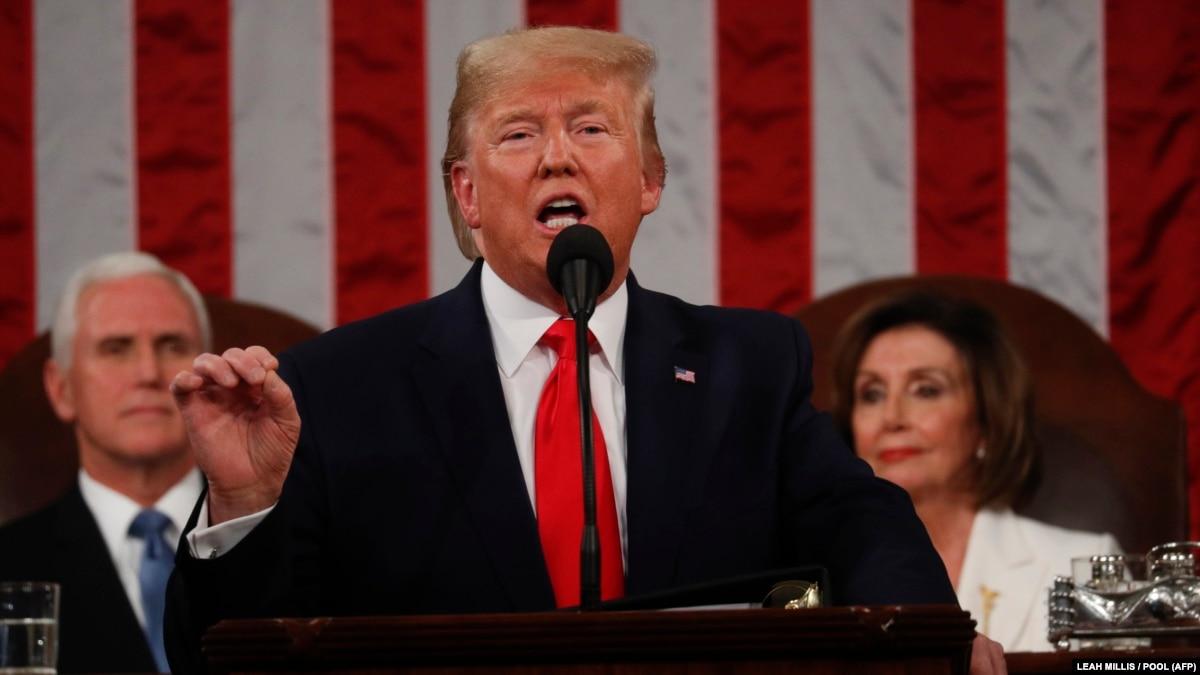 США: Трамп не пожал руку Пелоси, она разорвала текст его речи