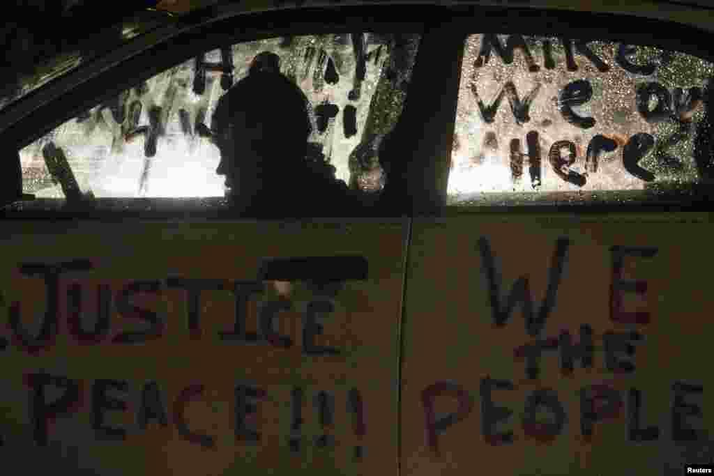 اعتراض آمریکایی؛ سفیدپوستان و رنگین پوستان آمریکایی،طی چند ماه گذشته به بهانههای مختلف، برای مبارزه با تبعیض نژادی دست به اعتراض و تظاهرات زدند.