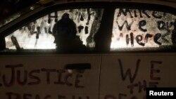 شهر فرگوسن از ایالت میسوری در ماههای اخیر شاهد اعتراضات مردم به عملکرد پلیس و کشتن مایکل براون، نوجوان سیاهپوست بود.