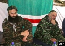 Chechen rebel leaders Shamil Basayev (left) and Aslan Maskhadov (file photo)