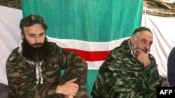 Čečenske pobunjeničke vođe Šamil Basajev (levo) i Aslan Mashadov (desno).