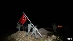 Pamje e ushtarëve turk me flamurin e Turqisë