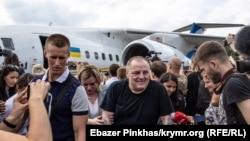 Эдем Бекиров в аэропорту «Борисполь» после обмена удерживаемыми лицами между Украиной и Россией, 7 сентября 2019 года