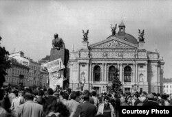Скидання пам'ятника Леніну, 1990 рік