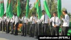 Студенты в праздничной одежде, Туркменистан