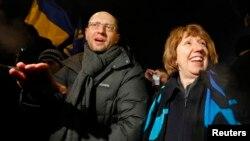Евробиримдиктин тышкы иштер жана коопсуздук боюнча жетекчиси Кэтрин Эштон Украина оппозициясынын лидери Арсений Яценюк менен. 10-декабрь, 2013-жыл