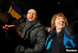 Arseni Iaţeniuk şi Catherine Ashton pe Euromaidan, înainte de asaltul trupelor speciale