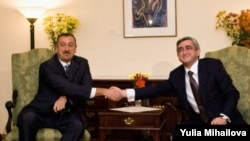 Moldova - Armenian President Serzh Sarkisian and his Azerbaijani counterpart Ilham Aliyev shake hands at a meeting in the American Ambassy, Chisinau, 08October2009