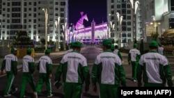Köpçülikleýin çäräniň gatnaşyjylary Olimpiýa stadionyna barýarlar, Aşgabat, 17-nji awgust, 2017.