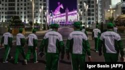 Köpçülikleýin çäräniň gatnaşyjylary Olimpiýa stadionyna barýarlar.