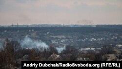 Авдіївка, дими від бою на промзоні, що за лісосмугою, архівне фото