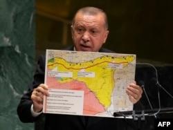 Ердоған БҰҰ сессиясында Сирия мен Түркия шекарасының картасын ұстап тұр. Нью-Йорк, 24 қыркүйек 2019 жыл.