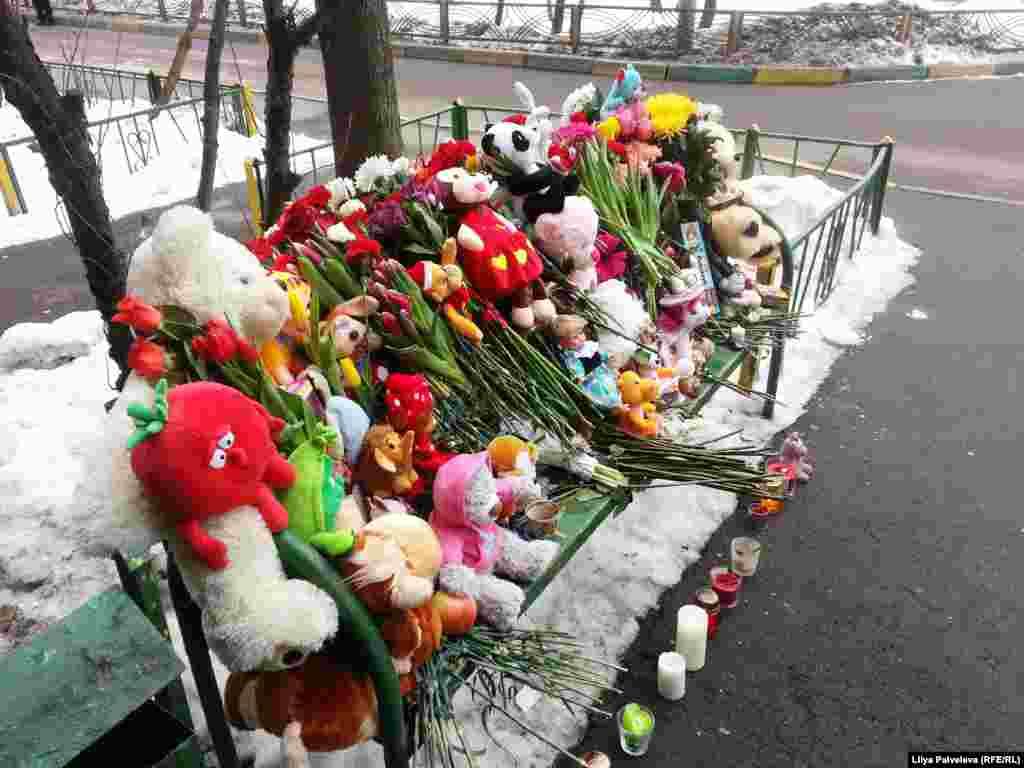 Другой такой же мемориал появился на скамейке у дома, где жила семья, в которой произошла трагедия.