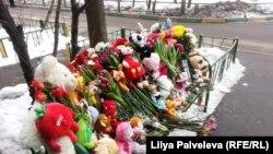 Люди, сочувствующие трагедии, несут к дому, где была убита 4-летняя Настя игрушки, свечи и цветы.