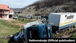 Kamioni i rrëzuar më 3 mars 2016; përgjegjësinë për këtë akt e ka marrë Lëvizja Vetëvendosje