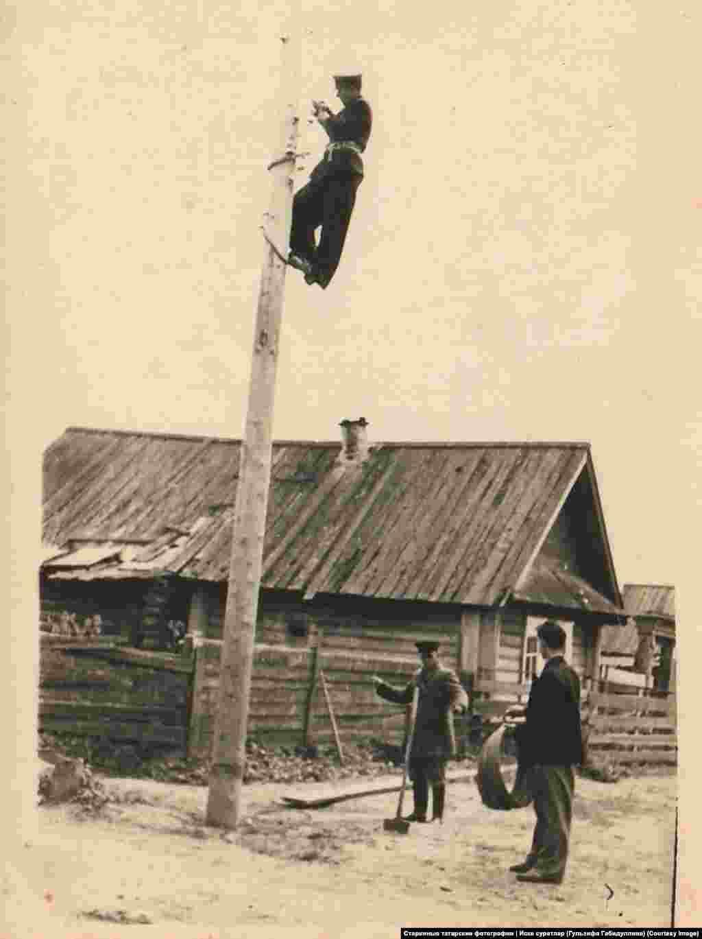 В одной из деревень района, который находится на реке Перенге республики Марий Эл проводят электричество. Фото из архива монтера Владилена абый Вагапова, без даты