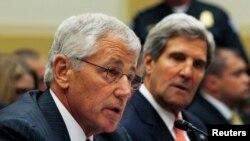 Министр обороны США Чак Хейгел (слева) и госсекретарь Джон Керри на заседании комитета по иностранным делам палаты представителей США. Вашингтон, 4 сентября 2013 года.