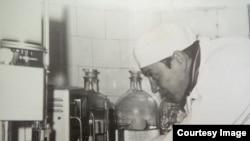 Врач Саид Бекиров работает в лаборатории на станции переливания крови. Алматы, 1970-е годы.